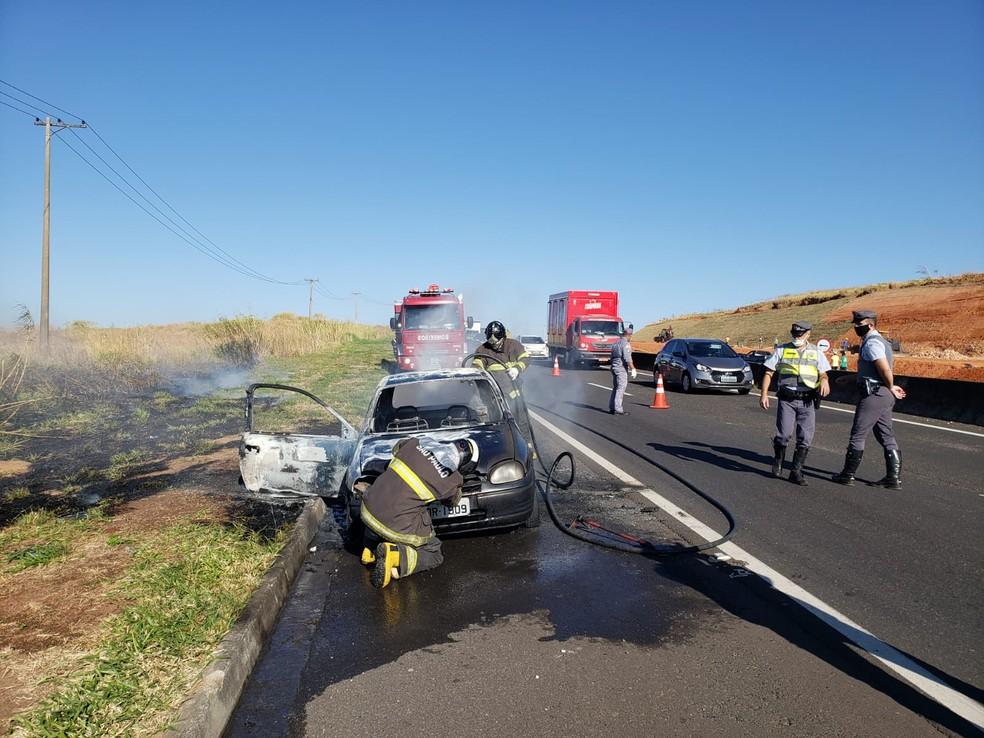 Motorista não ficou ferido e as causas do fogo no veículo serão investigadas pela polícia — Foto: Cláudio Farneres/TV TEM