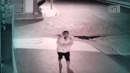 Vídeo mostra suspeito de matar morador de rua a pedradas em frente a igreja no PI