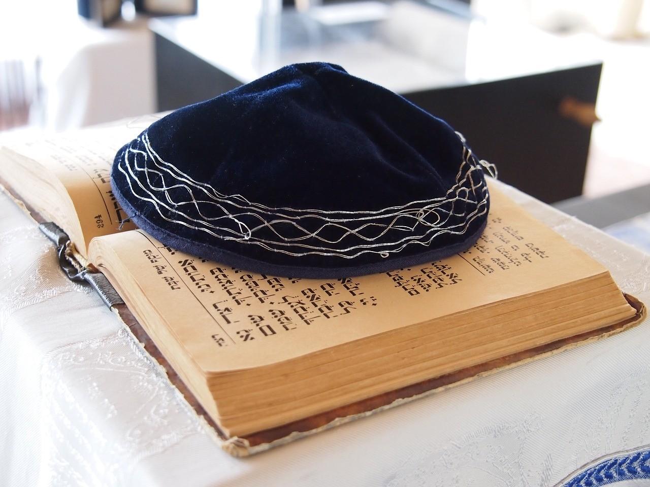 O quipá e a Torá, símbolos religiosos do Judaísmo (Foto: Pixabay)