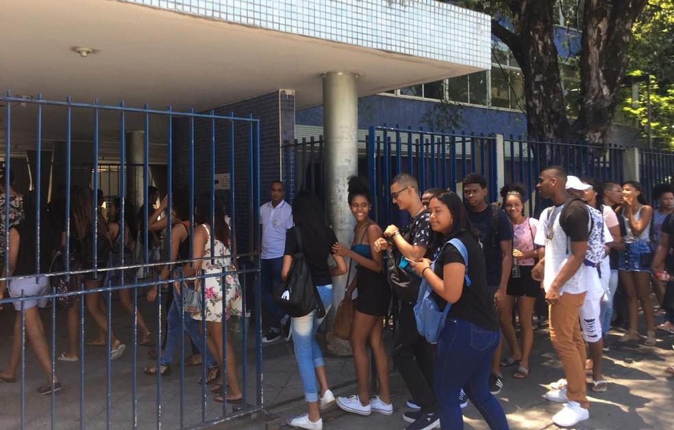 Portões foram abertos às 12h para o segundo dia de provas do Enem em Salvador — Foto: Isabela Cardoso/G1 Bahia