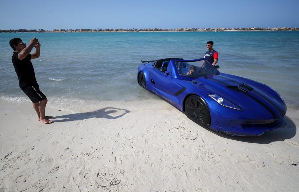 Parece um carro, mas é um lancha desenvolvida no Egito — Foto: Mohamed Abd El Ghany/Reuters