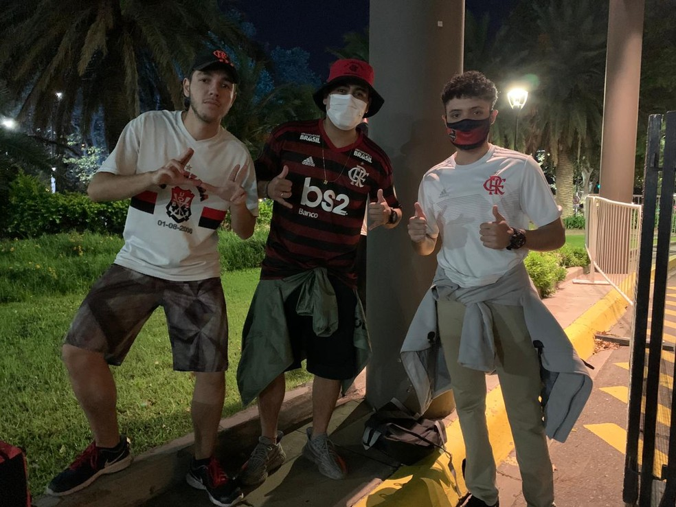 Torcedores do Flamengo desembarque em Buenos Aires — Foto: Raphael Sibilla