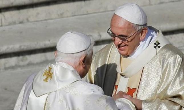 Francisco e Bento XVI durante a beatificação de Paulo VI (Foto: Getty Images)