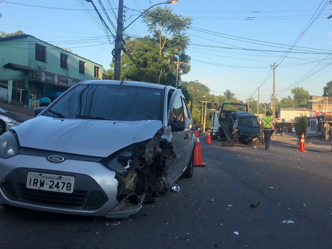 Colisão entre dois carros deixa sete pessoas feridas em Porto Alegre