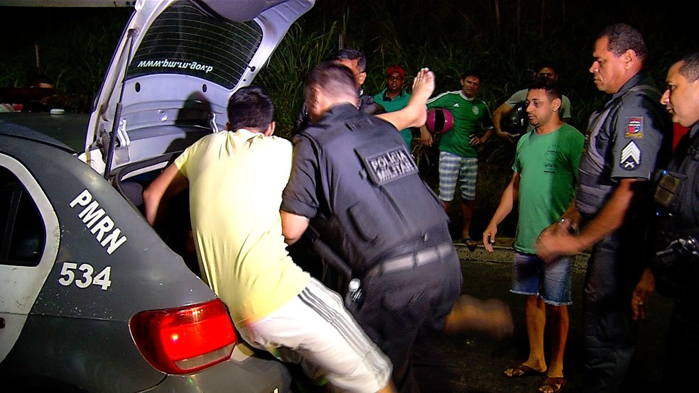 Tumulto causado após empresário tentar resistir à prisão  (Foto: Reprodução/Inter TV Cabugi)