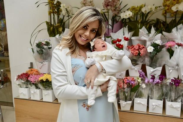 Deia Cypri com a filha, Bella (Foto: Eduardo Martins/AgNews)