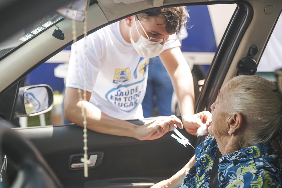 Idosa é imunizada contra a gripe no Recife no esquema drive-thru, sem sair do veículo — Foto: Andréa Rêgo Barros/PCR/Divulgação
