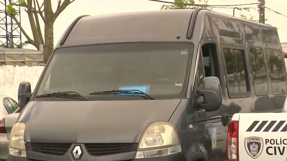 Van roubada foi encontrada abandonada no bairro de Bodocongó, em Campina Grande — Foto: Reprodução/TV Paraíba