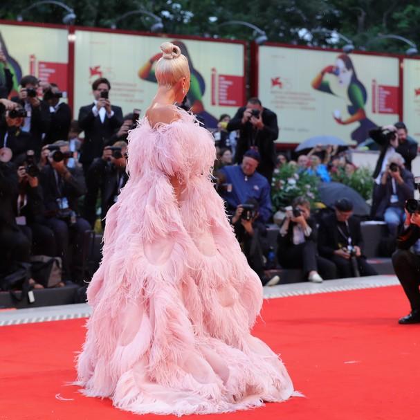 Lady Gaga veste Valentino alta-costura (Foto: Getty Images)