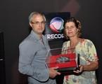 O diretor Alexandre Avancini  e a autora Cristianne Fridman com o prêmio para 'Vidas em jogo' | Munir Chatack/ Record