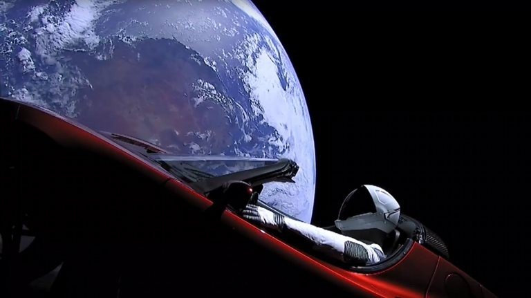 Obcecado com a possibilidade de fazer assentamentos na Lua e em Marte, Musk lançou seu primeiro carro Tesla no espaço (Foto: AFP via BBC)