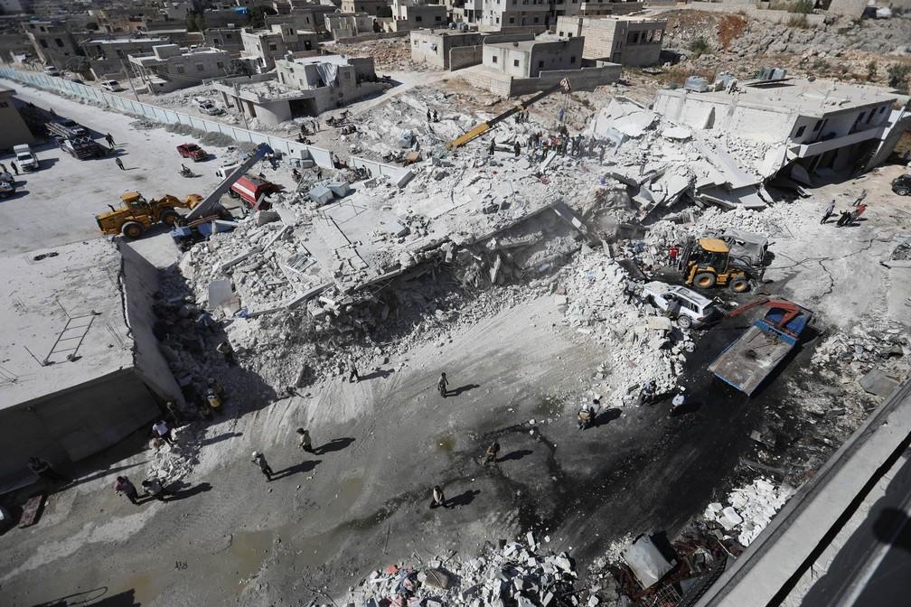 Prédios do depósito de armas foram destruídos pela explosão em meio a área residencial de Idlib, na Síria. Dezenas de pessoas morreram (Foto: Omar Haj Kadour/AFP)
