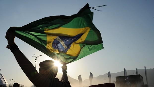 Bandeira do Brasil ; população brasileira ; PIB do Brasil ; confiança no país ;  (Foto: Reprodução/Facebook)