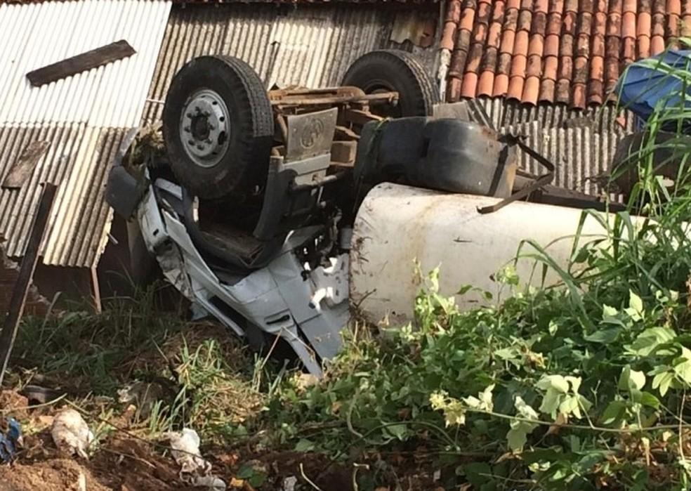 Caminhão-pipa após cair em ribanceira â?? Foto: Ney Lima/Divulgação