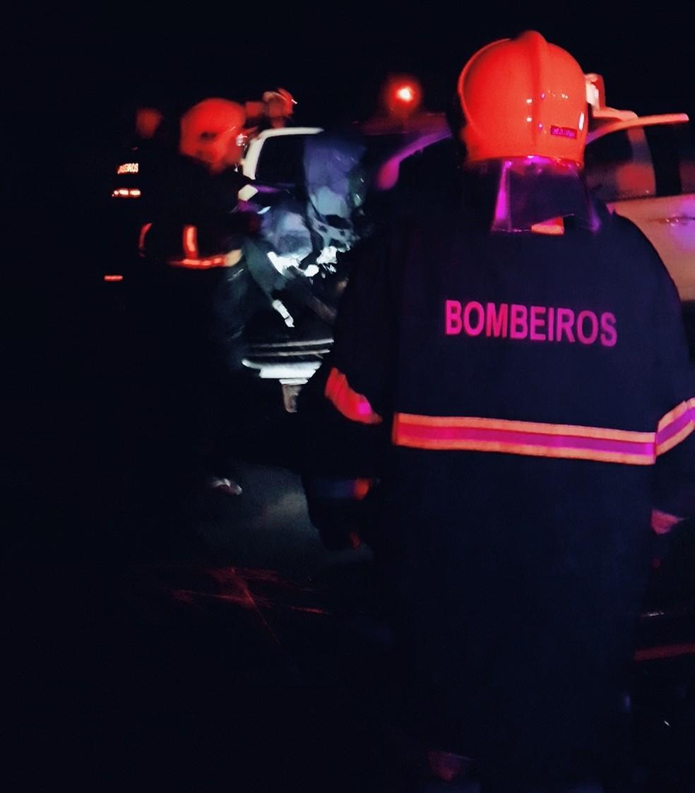 Bombeiros retiraram um dos técnicos que ficou preso às ferragens no acidente — Foto: Corpo de Bombeiros de Mato Grosso/Assessoria