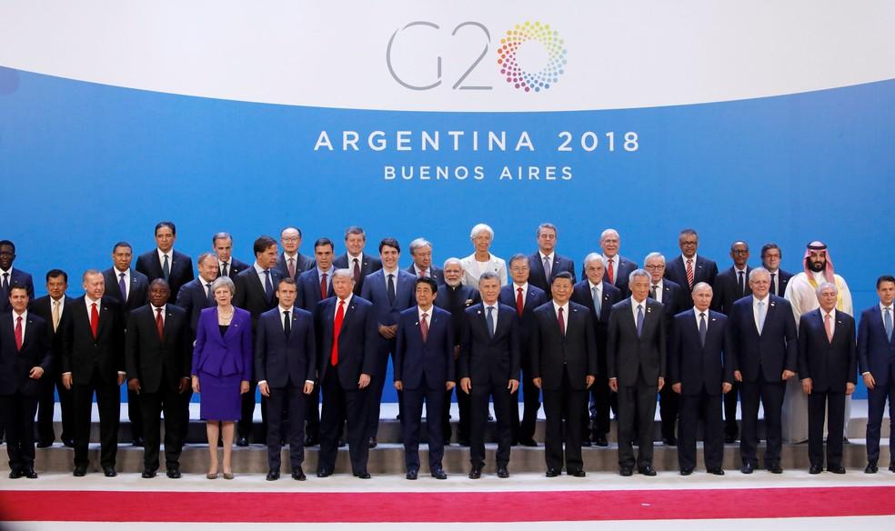 Líderes mundiais posam para foto durante a abertura do G20, em Buenos Aires, na sexta-feira (30) — Foto: Reuters/Andres Martinez Casares/Pool