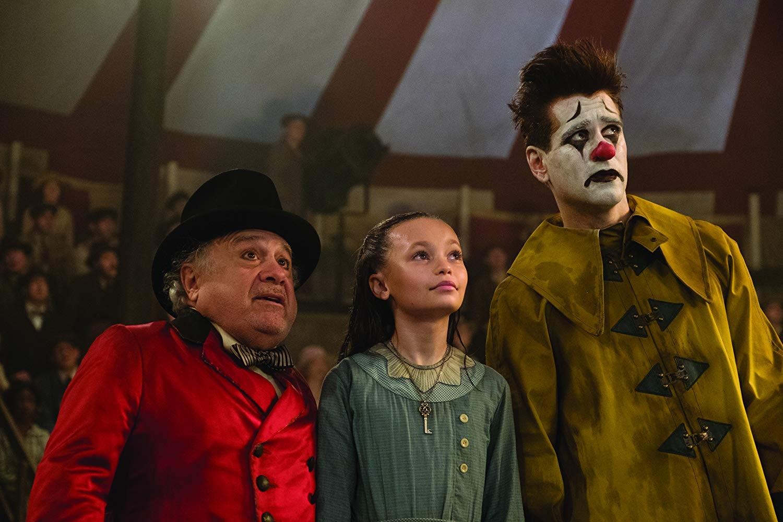 Danny DeVito, Nico Parker e Colin Farrell em Dumbo (Foto: Divulgação)