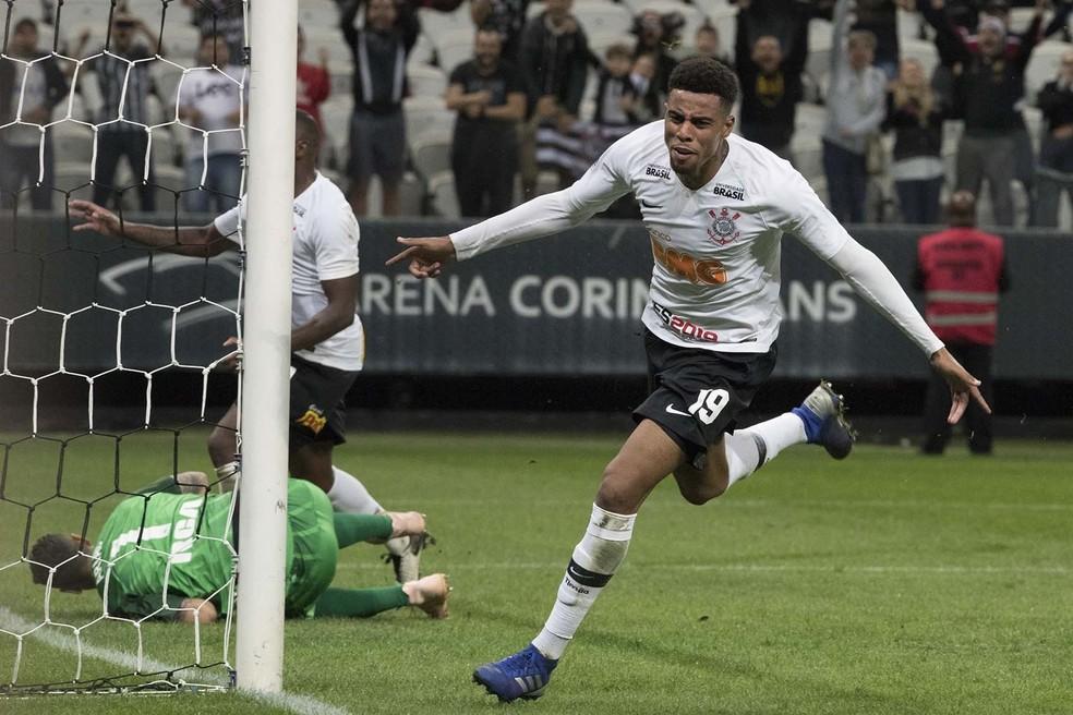 Gustagol comemora o gol marcado sobre o Racing — Foto: Daniel Augusto Jr/Ag. Corinthians