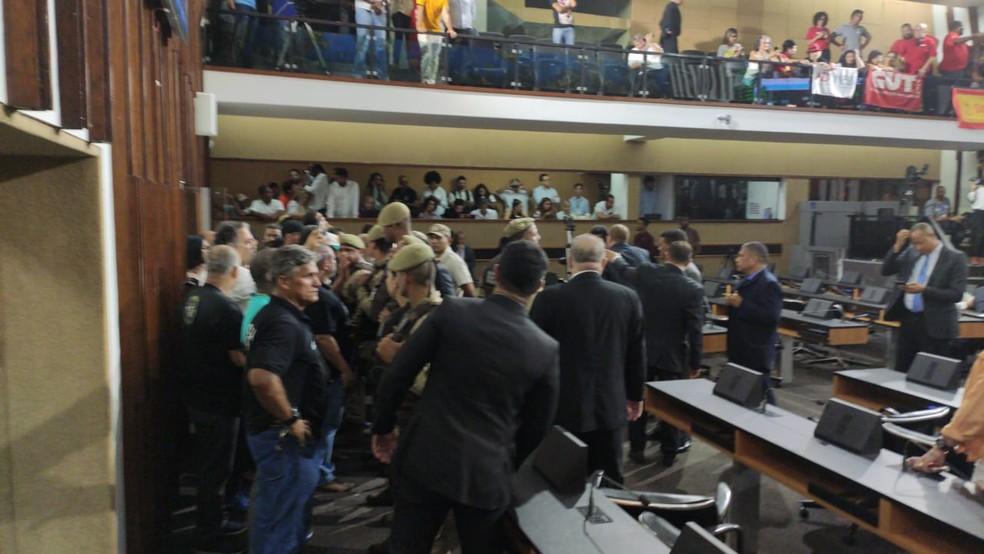 Manifestantes invadem plenário na Alba — Foto: Vanderson Nascimento/TV Bahia