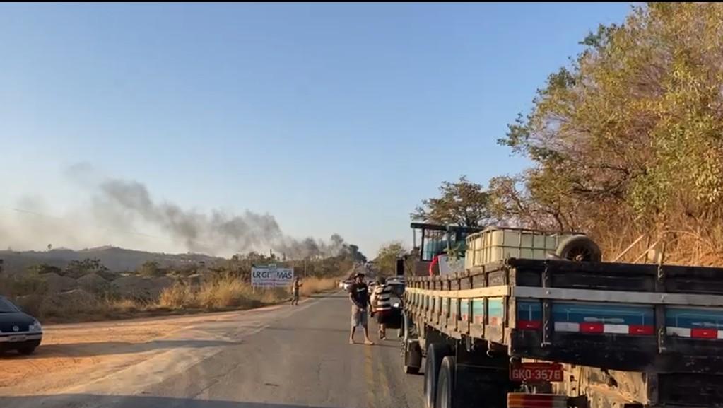 Manifestantes fecham a rodovia MG-10, em Jaboticatubas, na Grande BH