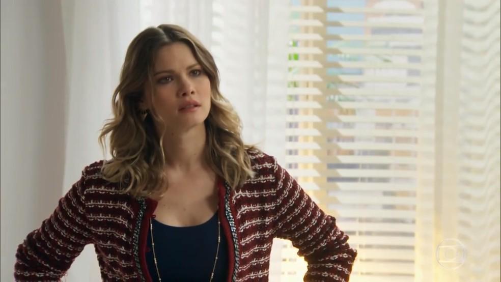 Jéssica (Karen Junqueira) fica revoltada com cena de Felipe (Marcos Pitombo) e Shirlei (Sabrina Petraglia) - 'Haja Coração' — Foto: Globo