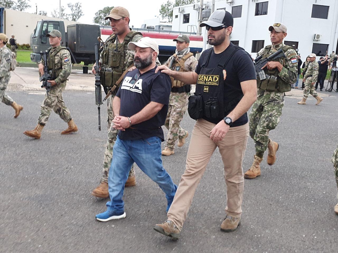 Suspeito de fornecer armas e drogas para facções criminosas é expulso do Paraguai e entregue à PF, em Foz do Iguaçu - Notícias - Plantão Diário