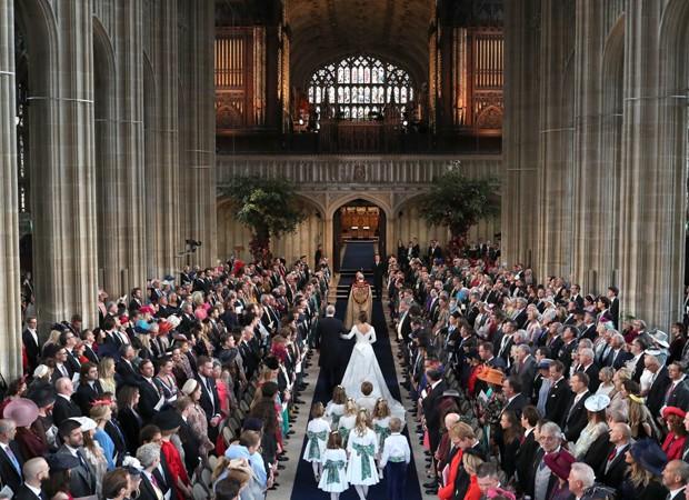 Daminhas e pajens acompanham a noiva no imponente CAstelo de Windsor (Foto: Getty Images)