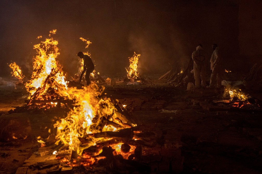 Corpos de vítimas da Covid-19 são cremados em Nova Delhi, na Índia, no sábado (24) — Foto: Danish Siddiqui/Reuters