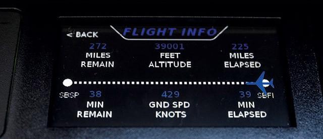 Uma telinha LCD sensível ao toque embutida na lateral direita traz os dados da viagem e também permite a você controlar funções como as persianas e o ar-condicionado no jato HA-420, conhecido como HondaJet (Foto: Christian Castanho)