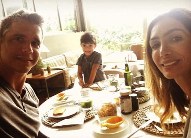 Márcio Garcia com a mulher, a nutricionista Andréa Santa Rosa, e o caçula, João, em café da manhã (Foto: Reprodução/Instagram)