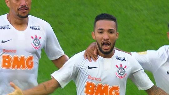 """Baixinho, briguento e campeão, Clayson chega a 100 jogos pelo Corinthians: """"Camisa pesada"""""""