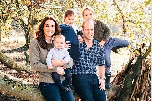 A duquesa Kate Middleton e o Príncipe William com os três filhos: os príncipes Louis e George e a princesa Charlotte (Foto: Instagram)