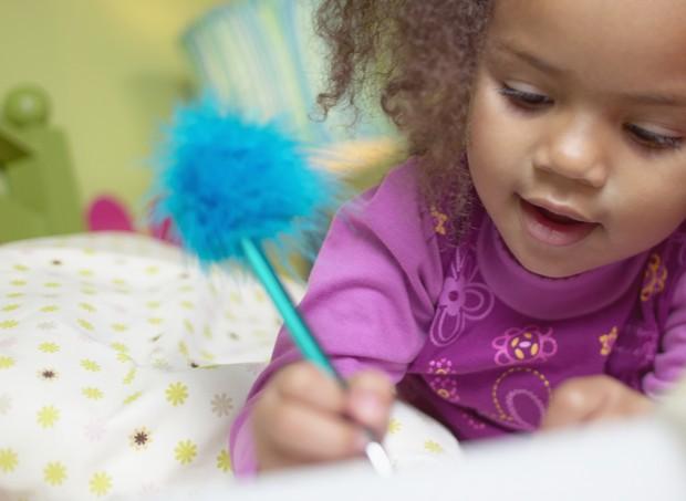 Entre 3 e 6 anos, a criança já é capaz de segurar o lápis fazendo movimento de pinça (Foto: Thinkstock)