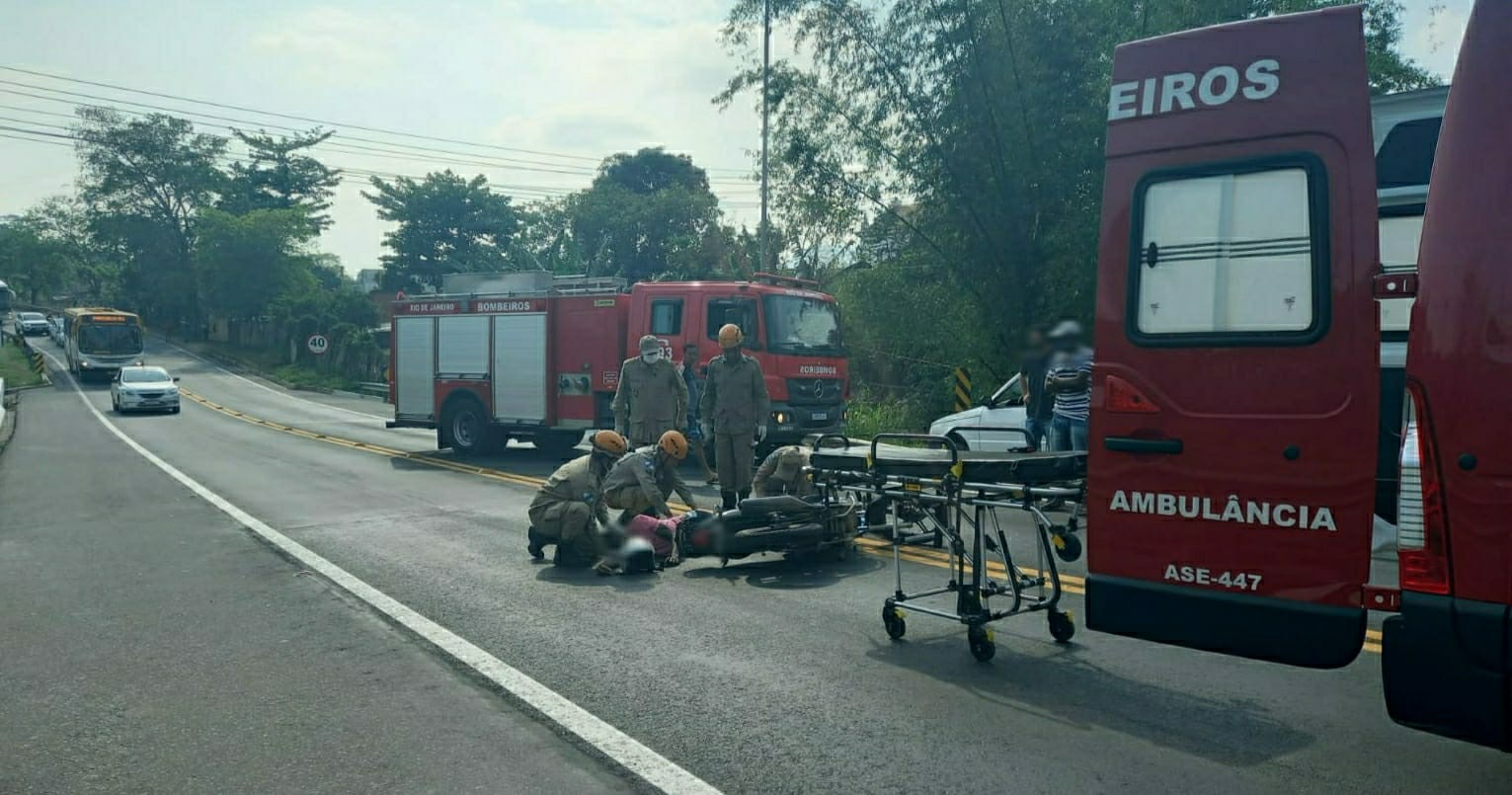 Motociclista fica ferido após bater contra carro na Lúcio Meira, em Três Rios