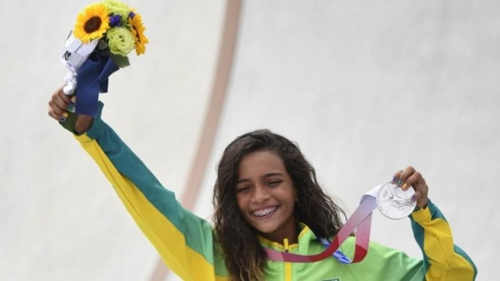 Com 13 anos e 203 dias de idade, Rayssa Leal ganhou prata no skate street olímpico — Foto: Reuters via BBC