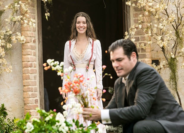 Darcy (Thiago Lacerda) se emociona ao descobrir sobre a gravidez de Elisabeta (Nathalia Dill) (Foto: Crédito: Globo/João Miguel Júnior)
