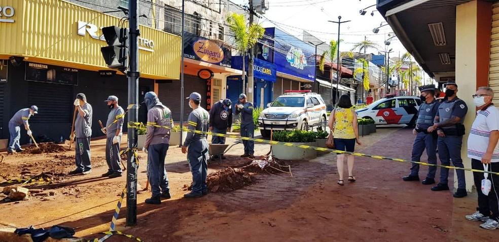 Cruzamento da Rua Episcopal com o calçadão da General Osório está interditada em São Carlos — Foto: Prefeitura de São Carlos/Divulgação