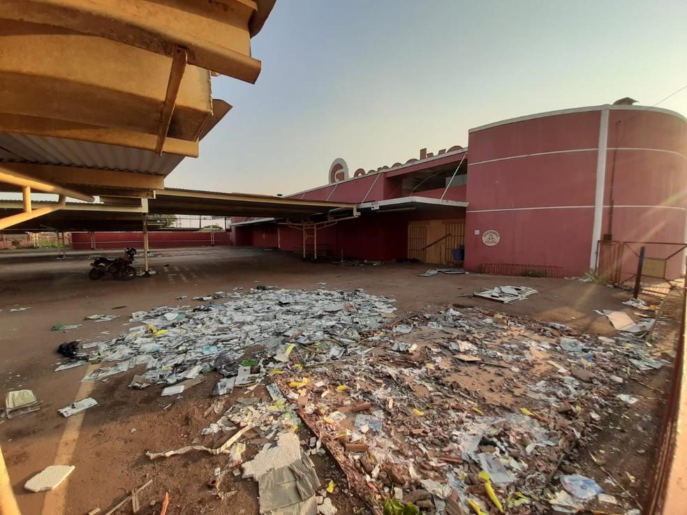 Prédio onde funcionou a loja da Rua Raimundo Cantuária, no Parque Ceará, tem lixo acumulado no estacionamento e é alvo de saques e vandalismo, segundo moradores da região — Foto: Diêgo Holanda/G1