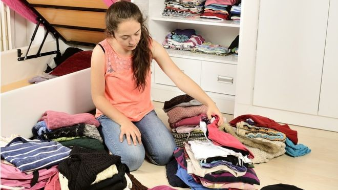 Princípio de ficar só com o que 'te traz alegria' poderia ser aplicado no ato da compra, diz pesquisador (Foto: GETTY IMAGES/BBC News Brasil)