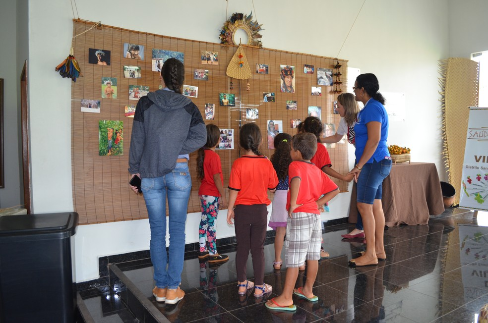 Escolas começaram a visitar o espaço, que faz alusão ao Dia do Índio, comemorado no dia 19 de abril.   — Foto: Magda Oliveira/G1