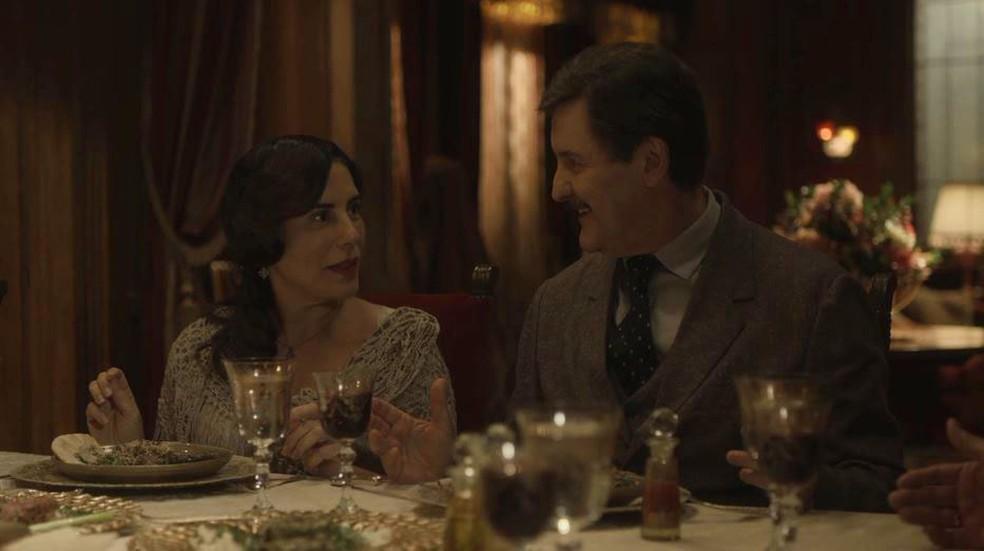Lola (Gloria Pires) e Júlio (Antonio Calloni) ficam surpresos com proposta em 'Éramos Seis' — Foto: Globo