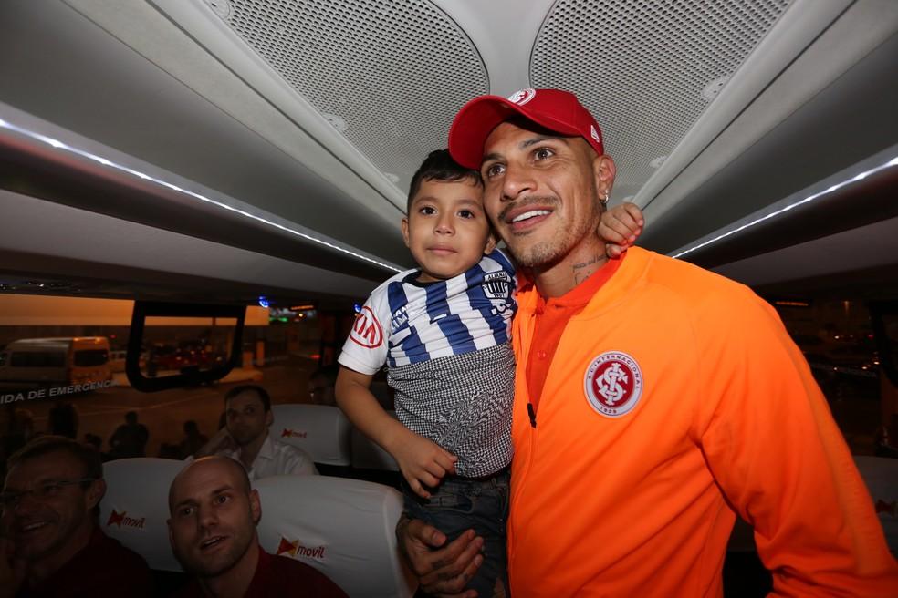 Guerrero recebeu uma criança no ônibus do Inter — Foto: Ricardo Duarte/Internacional/Divulgação