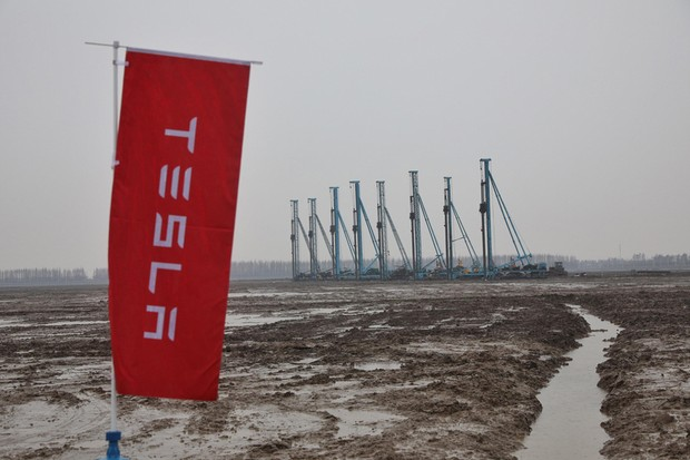 A general view shows a construction site of a Tesla factory during a ground-breaking ceremony for the factory in Shanghai on January 7, 2019. - Musk presided over the ground-breaking for a Shanghai factory that will allow the electric-car manufacturer to  (Foto: AFP)