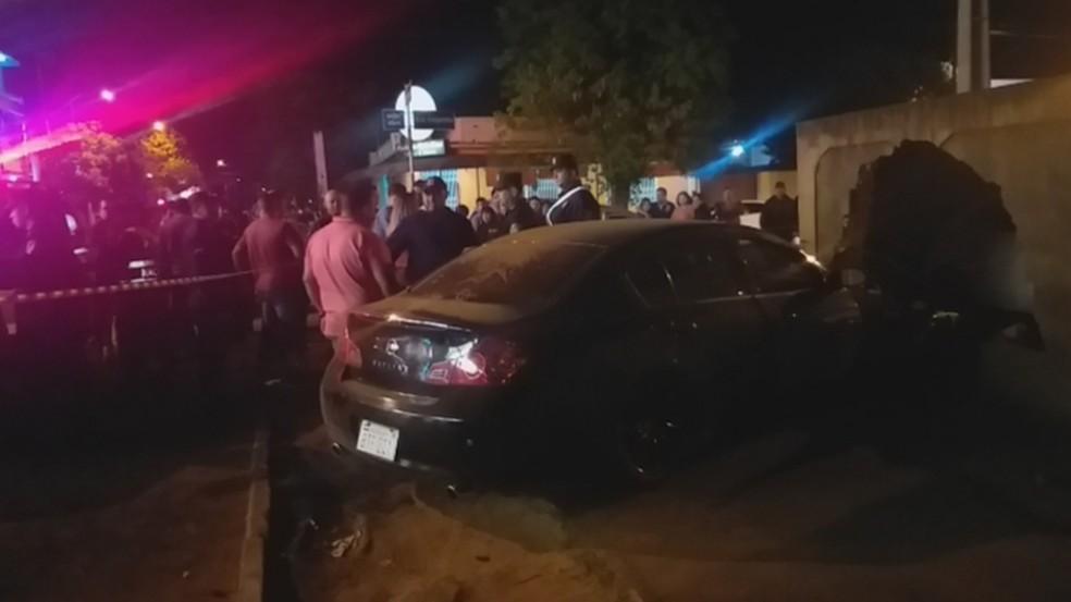 Dois homens foram executados dentro de um carro em Pedro Juan, e bateram em um muro próximo ao hospital da cidade — Foto: Redes sociais/Reprodução