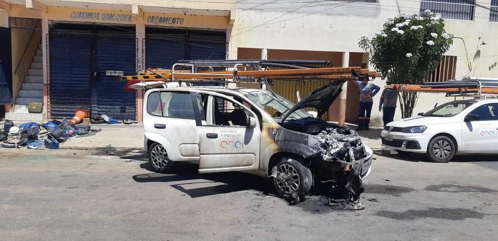 Carro da Enel é incendiado no Bairro Conjunto Ceará, em Fortaleza. — Foto: Reprodução