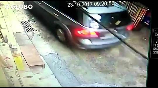 Vídeo mostra PMs correndo atrás de carro de turista morta no Rio