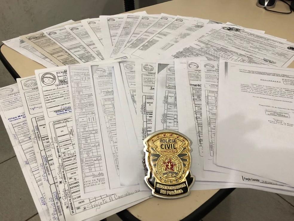 Diversos diplomas falsificados foram apreendidos (Foto: Polícia Civil/Divulgação)