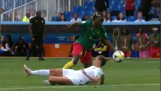 Nchout dribla, deixa zagueira caída, chuta colocado e marca um golaço para Camarões: veja