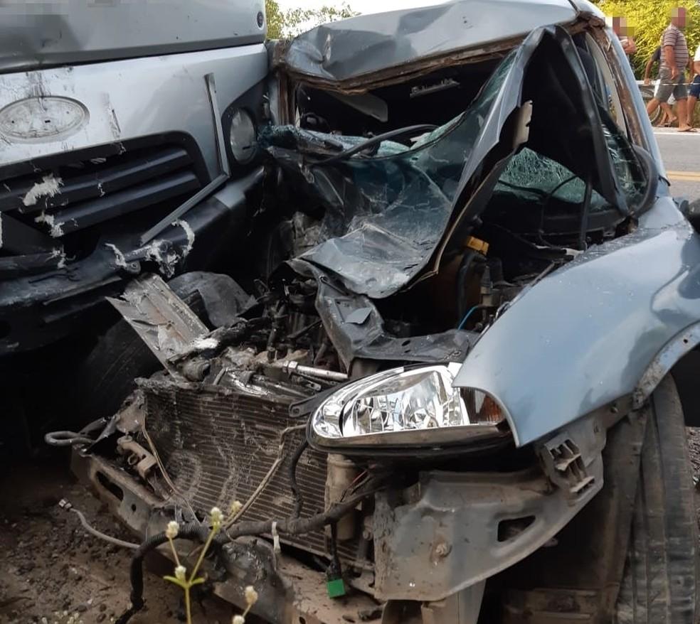 Frente do carro ficou destruída após colisão com caminhão, em São José do Belmonte â?? Foto: PRF/Divulgação