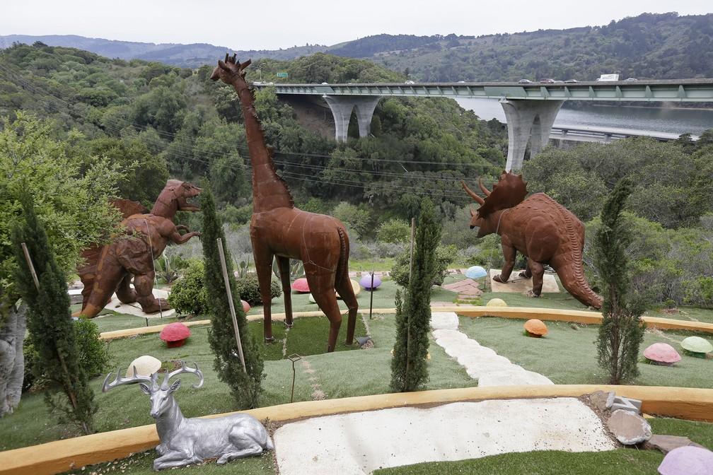 Dinossauros e girafa gigante podem ser vistos por quem passa por uma rodovia próxima à Casa dos Flintstones, na Califórnia — Foto: Eric Risberg/AP Photo